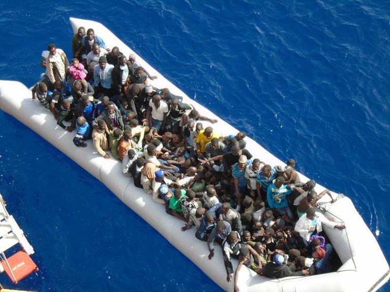 Un gruppo di migranti in una foto in una foto diffusa dalla Questura di Cagliari l'8 maggio 2015. La polizia ha arrestato due scafisti che si erano nascosti tra i 210 migranti sbarcati il 7 maggio. ANSA/ US QUESTURA CAGLIARI +++ NO SALES - EDITORIAL USE ONLY +++