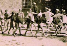 Girotondo bambini piazza chiesa rid 400 a tagliato