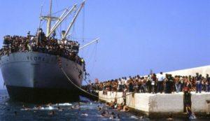 la-nave-dolce-lo-sbarco-della-nave-vlora-con-ventimila-immigrati-albanesi-a-bordo-in-una-scena-del-d-248043