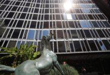 La statua del ''Cavallo morente '' di Francesco Messina, esposta all'ingresso della sede Rai di viale Mazzini a Roma, 18 luglio 2012. ANSA/ALESSANDRO DI MEO
