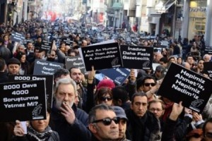 Turchia, polizia usa lacrimogeni per disperdere manifestazione ad Ankara. Il bavaglio turco non consente neanche ricordo vittime attentati