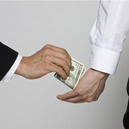 C'è troppa corruzione nella politica, per aspettarsi una politica contro la corruzione