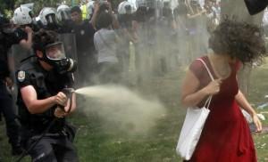 Turchia, la foto di Ceyda simbolo della rivolta