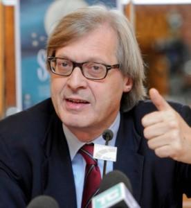 """Video volgare e irresponsabile di Sgarbi, Articolo 21 lancia la petizione. Rinaldi: """"Si deve dimettere"""""""