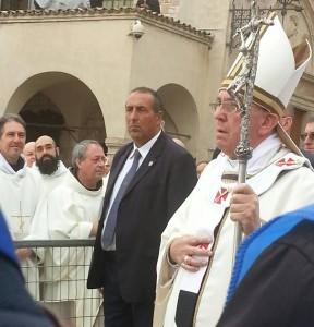 Quello di Papa Francesco è un Dio che attraversa il dolore e scende a giocare con un bambino