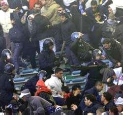 Calcio, in Italia si annaspa di fronte alle frange più' estreme del tifo