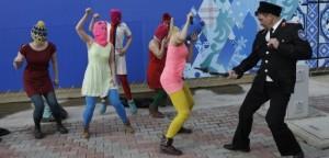 Pussy Riot malmenate a Sochi. Quando i cerchi olimpici diventano manette per bloccare la libertà d'espressione