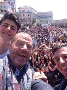 """3.000 studenti ad Assisi """"sui passi di Francesco"""". Meeting pace, fraternità e dialogo con ministro Giannini, oggi Jovanotti"""
