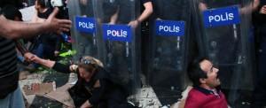 Turchia, fotoreporter italiano colpito da candelotto lacrimogeno. Prove di regime