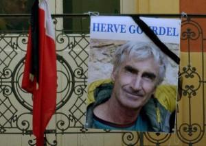 Parigi, foto Herve Gourdel listata a lutto davanti alla Moschea