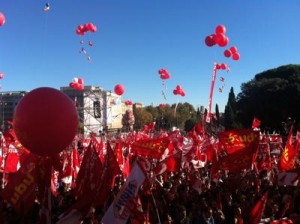 Piazza San Giovanni. Bandiere rosse e cielo blu
