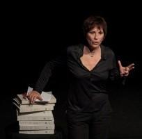 """""""Doppio taglio"""". Nello spettacolo di teatrale di Lucia Vasini una riflessione sulla violenza di genere e sul ruolo dei media"""