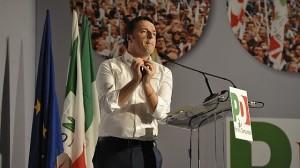 Caro Renzi, non ti permetto più! Pd, maggioranza e minoranza a confronto. Berlusconi licenzia.