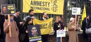 In piazza per Raif, e contro un atto barbarico che tocca un blogger, reo di aver esercitato la propria libertà d'espressione