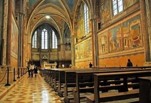Riaperte Basiliche e tomba San Francesco Assisi  Adesivi su panche per distanze e mascherine per chi sprovvisto