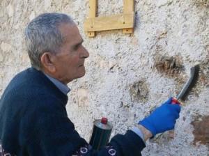 Memoria: onore al partigiano Enrico Angelini che cancella le svastiche