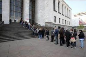 Tutti in fila sotto il palazzo (I Tg di venerdì 10 aprile)