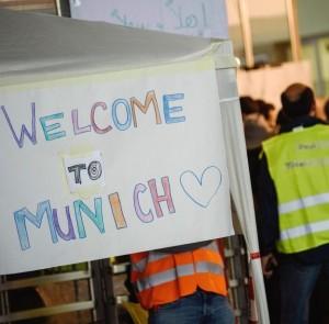 Un applauso si aggira per l'Europa. Per i rifugiati e il bambino con la maglietta rossa
