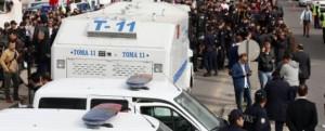 Turchia, la polizia occupa due televisioni. Lacrimogeni e idranti contro i giornalisti