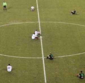 Grecia, calciatori seduti in ricordo delle vittime nel Mar Egeo. Facciamolo anche sui nostri campi