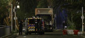 Strage a Nizza, camion sulla folla dopo la festa del 14 luglio: decine i morti