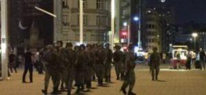 La Turchia sospesa tra golpe e putsch. Chiusi Tv e giornali. Bloccato l'aeroporto di Istanbul