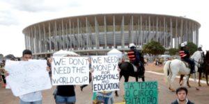 """Olimpiadi al via. Manifestanti in strada contro povertà e crisi economica. Amnesty denuncia: """"polizia violenta"""""""