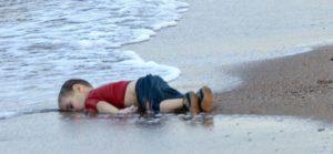 L'indignazione. Un sentimento estivo.Aylan, 1 anno e oltre 500 bimbi morti dopo