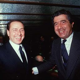 """De Benedetti """"bacia"""" Berlusconi"""