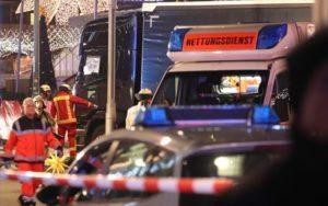 Berlino, camion travolge la folla a un mercatino di Natale: 9 morti e 50 feriti