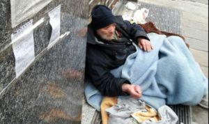 """Basta clochard distesi sulle strade. Occorre varare il decreto #unacasapertutti"""""""