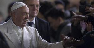 Giornata della pace, Papa: la rivoluzione cristiana è amare il nemico. Il rischio: potenti satolli e gente povera
