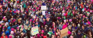 L'onda rosa marcia contro Trump