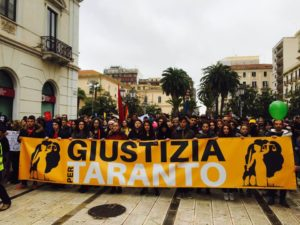 Taranto. Cittadini in piazza. Chiedono giustizia per un territorio ostaggio degli interessi di Stato