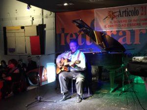 Alla festa di Articolo 21. Canta Antonio Di Bella