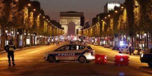 """Sangue sugli Champs-Élysées a 3 giorni dal voto francese. Un agente morto. Ucciso l'assalitore. Hollande: """"è terrorismo"""""""
