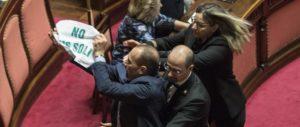 Ius soli, aggredita ministro Fedeli e bagarre in aula. In Senato scene squadriste