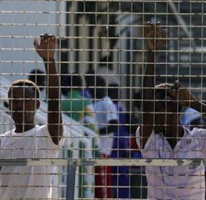 La doppia prigione dei migranti: LasciateCIEntrare a sorpresa nel CIE di Restinco (Brindisi)