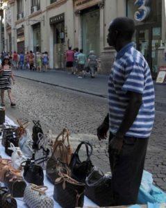 Cagliari. Bagnanti sardi difendono ambulante africano. Impedito pestaggio da parte di gruppo turisti