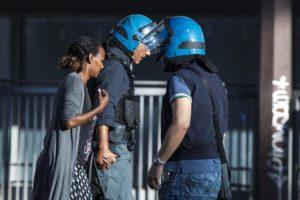 Sanzione a chi ordina di spaccare le braccia, encomio a chi ha consolato la donna eritrea – Lettera aperta al Questore di Roma