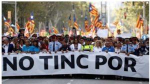"""""""No Tinc Por"""". La sfilata silenziosa di Barcellona che rifiuta la paura"""