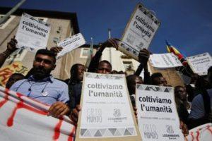 """""""Migrare non è reato. Un lunghissimo e colorato corteo sfila per Roma"""