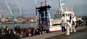 Migranti. Cronisti tenuti fuori dall'area di sbarco al porto di Catania