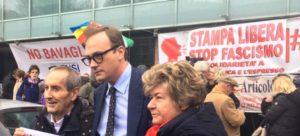 In tanti davanti alla sede di Repubblica-l'Espresso per dire no alle intimidazioni neofasciste