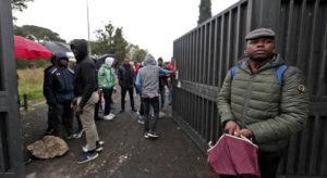 """Roma. La protesta dei migranti che non ricevono da due mesi i 2 euro al giorno di """"diaria"""". Altro che 37…"""