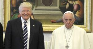 Papa Francesco prega per la pace e Trump vuole armare gli insegnanti