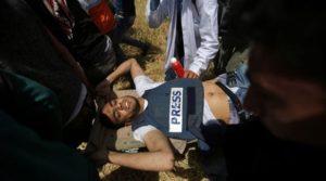 Gaza, fotoreporter palestinese ucciso da cecchini israeliani. Sale a 32 bilancio vittime della Marcia di ritorno