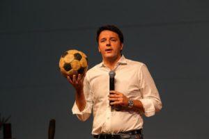 Renzi: giocate pure se volete ma il pallone ce l'ho io