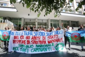 """""""Basta sgomberi ed illegalità istituzionali"""". Camping river e Nazione Rom in manifestazione al Campidoglio"""