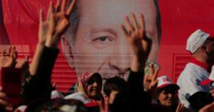 Turchia, 2 anni fa il fallito golpe. Dopo il bavaglio alla stampa e alla Banca centrale Erdogan prende il controllo dell'esercito